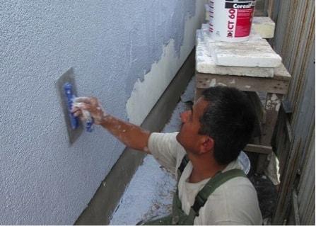 Нанесение камешковой штукатурки на стену
