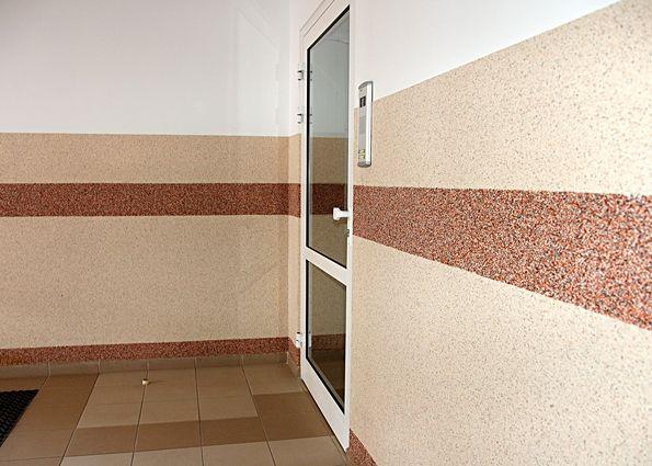 Стены внутри здания. Мозаичная штукатурка.