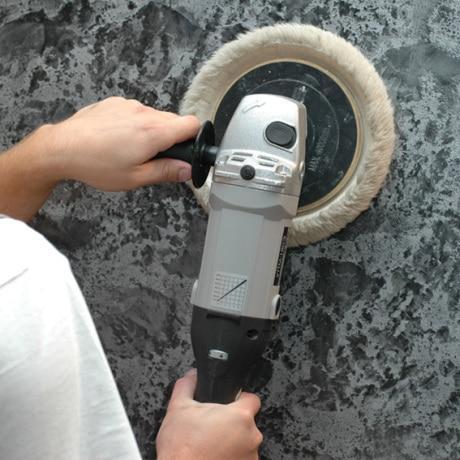Процесс шлифовки специальной машинкой с ворсовой накладкой