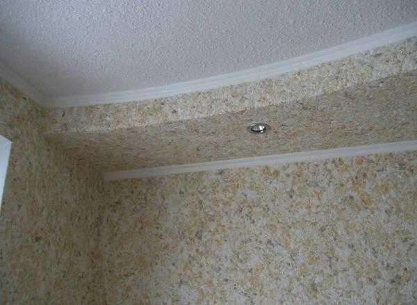 Можно сделать потолок из гипсокартона с использованием жидких обоев
