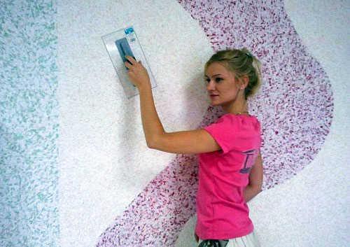 Нанесение жидких обоев на стены