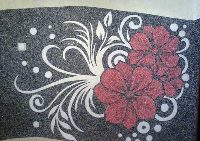 Жидкие обои для спальни можно декорировать элегантными стильными рисунками или орнаментами.