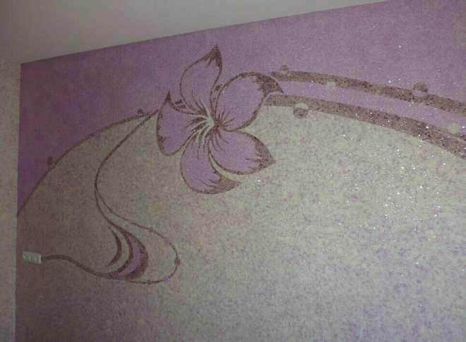 Сочетание высоких эстетических качеств позволяет использовать такую отделку в интерьере гостиной.