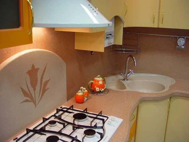 Жидкими обоями на кухне можно создать различные рисунки на стене