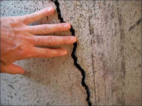 Перед оштукатуриванием стен необходимо заделать трещины